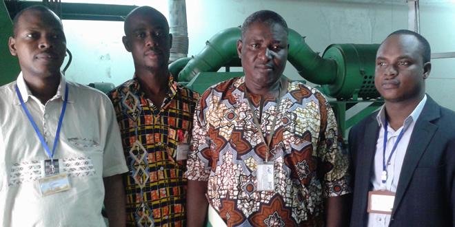 L'équipe de l'ARSE posant avec le représentant d'une grande institution à l'issue de leur visite