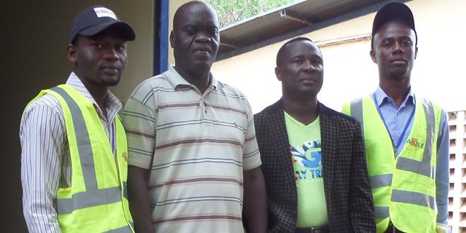 La délégation de l'ARSE posant avec des responsables d'usine de la NSCT à Talo (Préf. de l'Ogou)