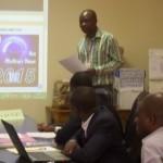 Monsieur Laré, Président de la Commission d'Analyse donnant lecture des instructions aux candidats avant l'ouverture des offres.