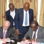 Le DG de la société ERANOV et le Ministre des Mines et de l'Energie du Togo signant la Convention de concession